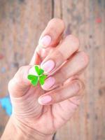 trevo verde na mão foto