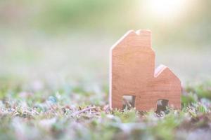 modelo de casa de madeira no terreno, habitação e conceito imobiliário