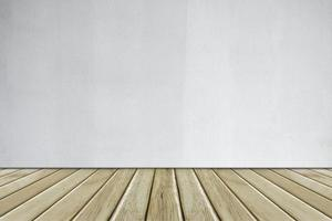 parede de concreto branco e piso de madeira foto
