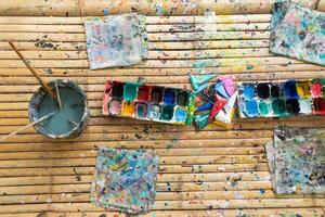aquarela e pincéis sobre uma mesa de madeira foto