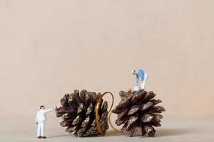 trabalhadores em miniatura pintando uma decoração de natal, conceito de natal e feliz ano novo foto
