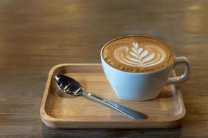 latte art em uma xícara de café foto