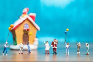 conceito de família feliz em miniatura comemorando natal, natal e feliz ano novo foto
