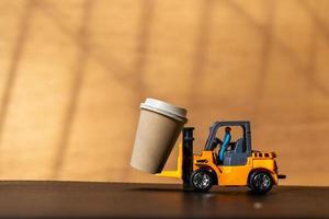 pessoa em miniatura e uma xícara de café para viagem, conceito de entrega de café