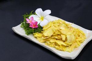 durian frito no prato na mesa