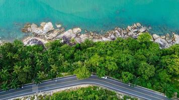 vista aérea de uma estrada em uma ilha na Tailândia