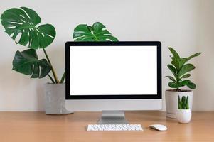 mesa com computador e plantas