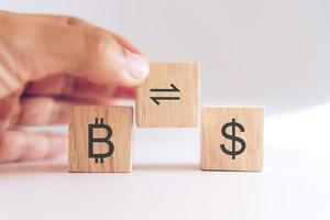 comércio de bitcoin ou troca por cifrão em cubo de madeira