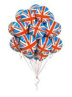 um monte de balões com a bandeira da Grã-Bretanha isolados em um fundo branco