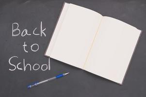 volta às aulas e livro conceito de educação e caneta