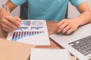 pessoa observando gráficos de crescimento de negócios foto