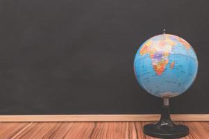 globo do mundo contra quadro-negro foto