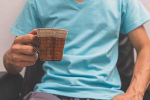 homem segurando uma xícara de café foto