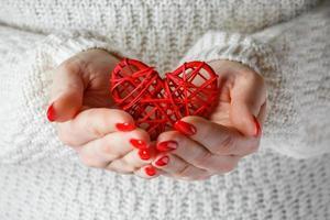 coração nas mãos de uma mulher