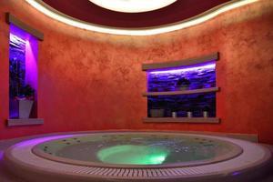 banheira de hidromassagem em um sanatório e no centro de bem-estar foto