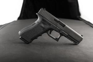 vista lateral de revólver com iluminação artificial foto