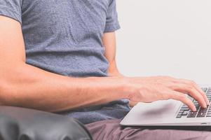 um homem usando um notebook