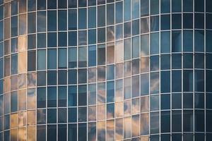fachada curva de vidro de um prédio de escritórios