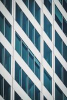 fachada geométrica de um prédio de escritórios