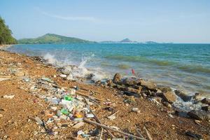 praia com lixo plástico em chonburi, tailândia foto