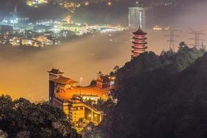 Chin swee cave templo ao anoitecer em Genting Highlands, Malásia foto