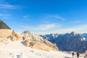 pessoas no pico Zugspitze em Garmisch Partenkirchen, Alemanha foto