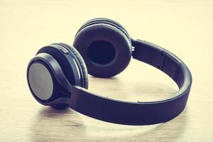 fones de ouvido em fundo branco foto