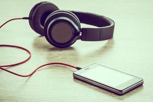 smartphone com fones de ouvido foto