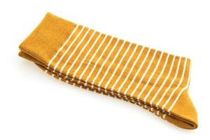 um par de meias em fundo branco foto