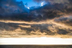 anoitecer sobre o mar mediterrâneo foto