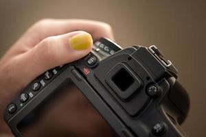 câmera dslr nas mãos da mulher