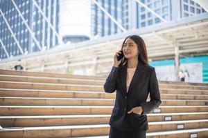 empresária falando ao telefone