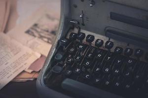 máquina de escrever vintage na mesa de um autor foto