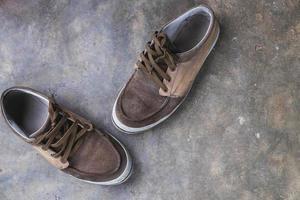 par de sapatos de lona no chão