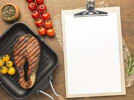 conceito de prato de salmão grelhado foto