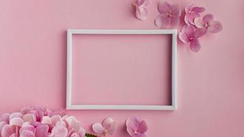 porta-retratos e flores cor de rosa foto