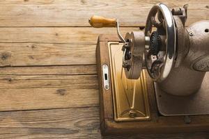 máquina de costura em madeira foto