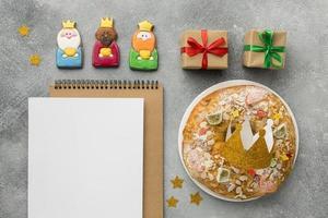 três refeições do dia dos reis com bloco de notas em branco foto