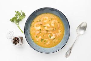vista superior da saborosa sopa de camarão foto