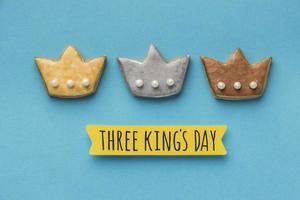 três biscoitos de coroa para o dia da epifania foto