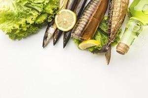 peixe defumado e outros ingredientes foto