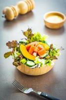 palitos de caranguejo com salada de vegetais frescos com molho de maionese foto
