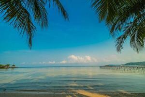 ilha paradisíaca com praia e mar foto