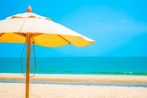 guarda-sol na praia tropical foto