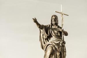 st. estátua batista de john na ponte charles foto