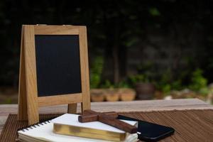 quadro-negro com uma cruz e um livro sagrado