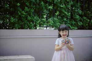 garota segurando chocolates