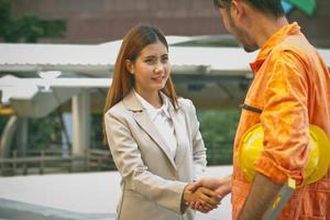 mulher conhecendo um trabalhador da construção civil