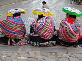 peru 2015 - grupo de mulheres peruanas em trajes tradicionais em cusco foto