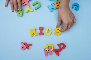 criança brincando com letras